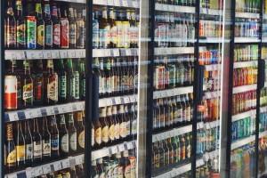 Regał napojowy z szerokim wyborem piw w Emma Market