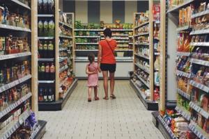 Klienci wśród regałów z produktami w Emma Market